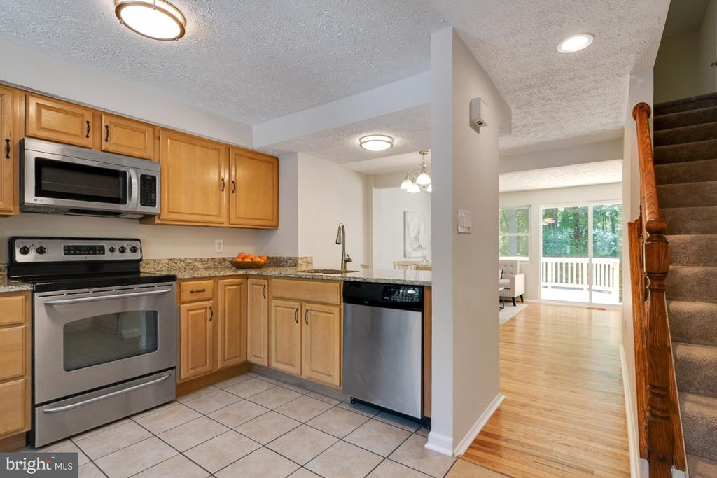 Lovely kitchen with brand new microwave - 8444 SUGAR CREEK LN, SPRINGFIELD