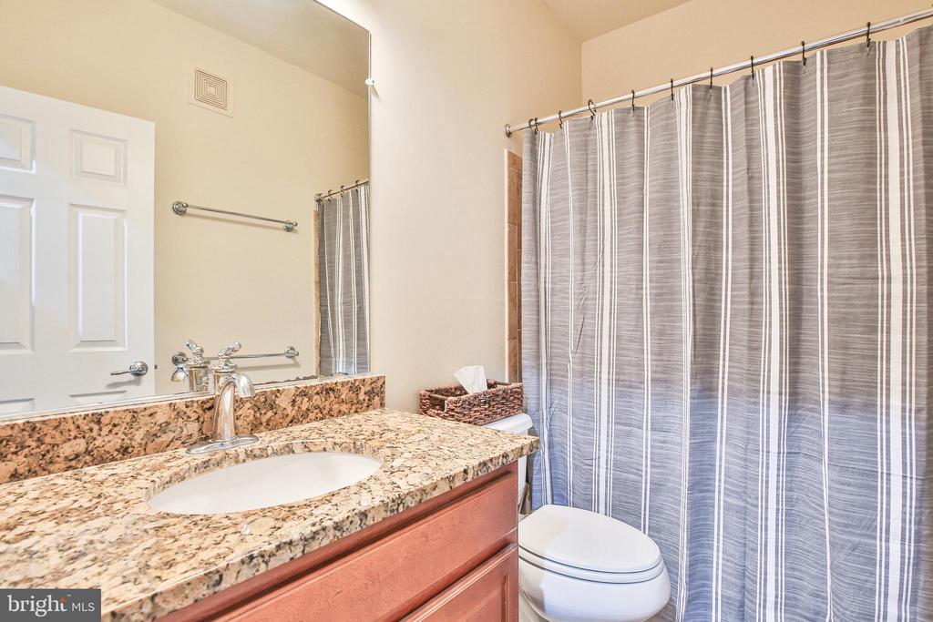 Hall bath with granite vanity top - 42810 LAUDER TER, ASHBURN