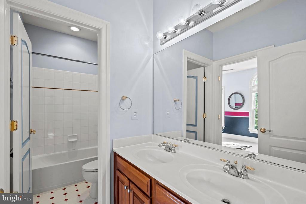 Third Full Bath with Dual Vanity - 43327 RIVERPOINT DR, LEESBURG
