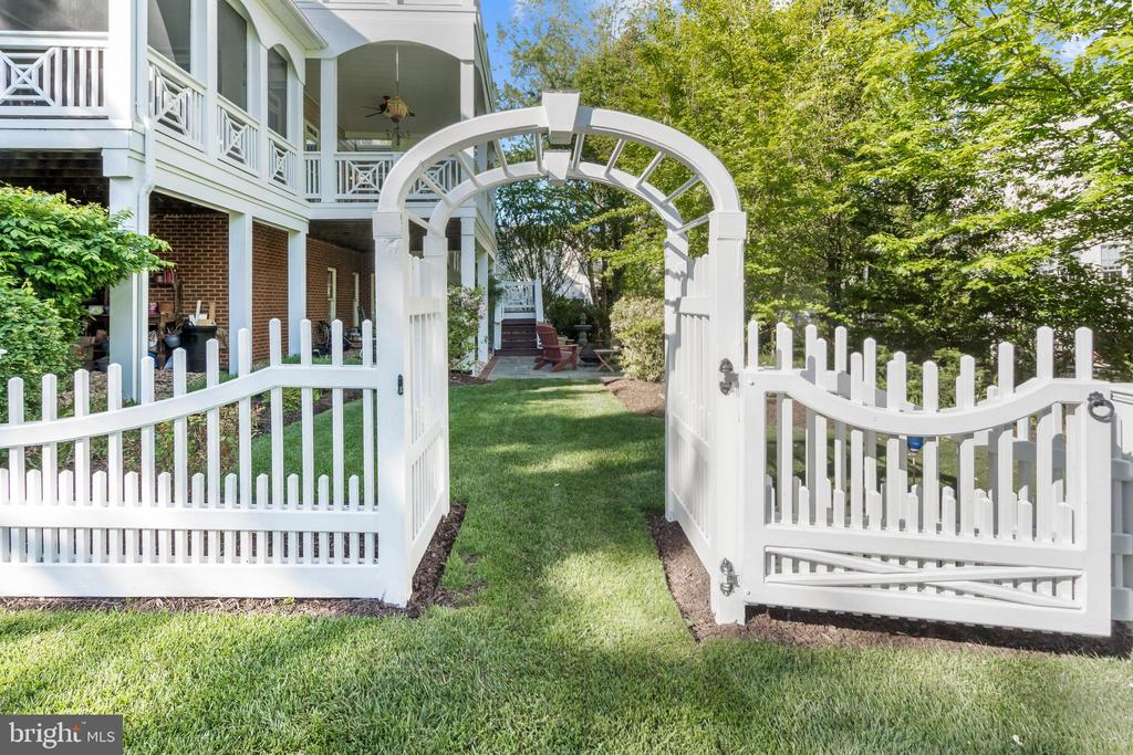 Arbor to Side Yard - 43327 RIVERPOINT DR, LEESBURG