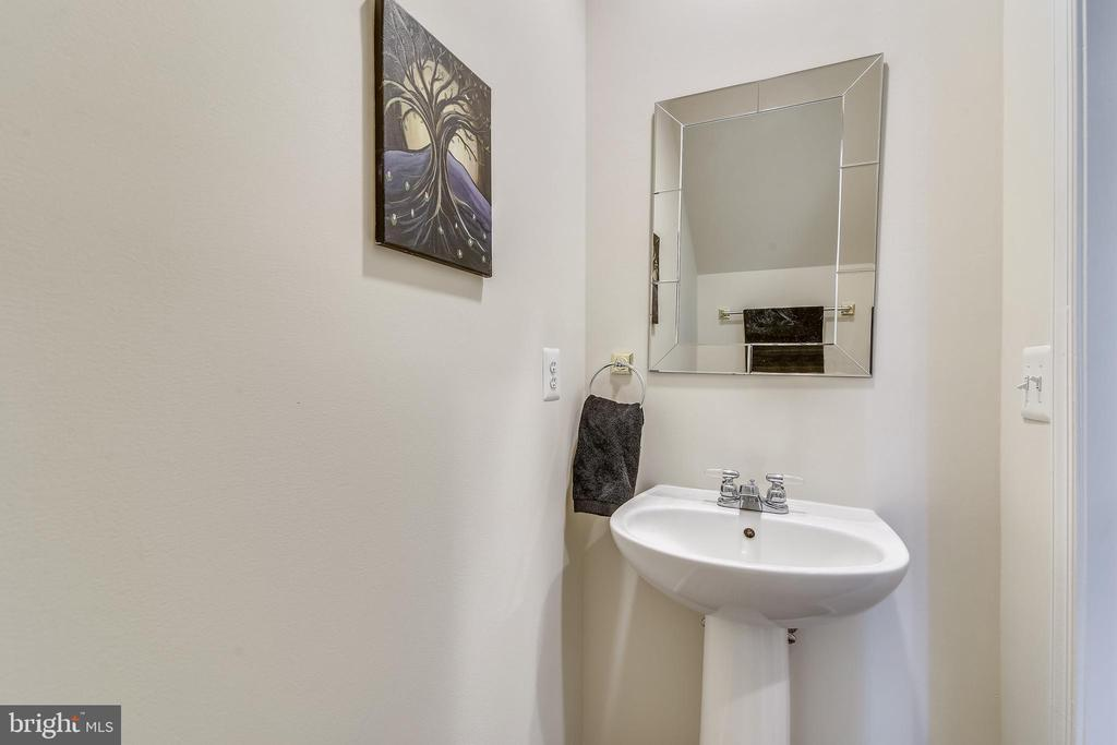 Powder Room on main level. - 43533 MINK MEADOWS ST, CHANTILLY