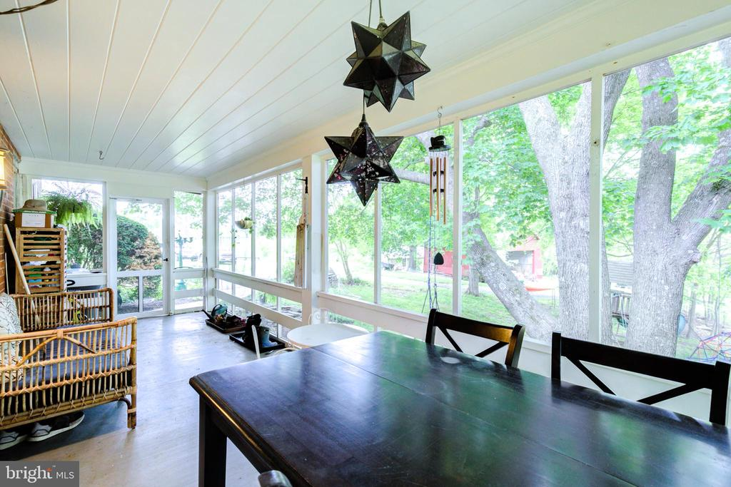 Peaceful screened-in porch - 19060 LINCOLN RD, PURCELLVILLE