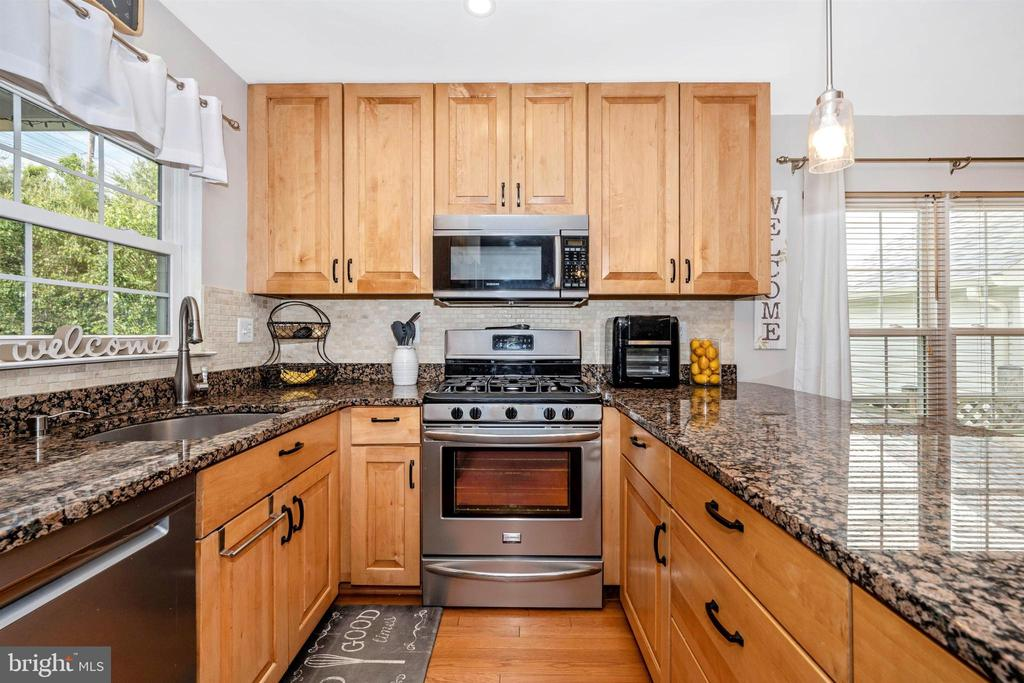 Gas cooking and built-in microwave - 17004 INDIAN GRASS DR, GERMANTOWN