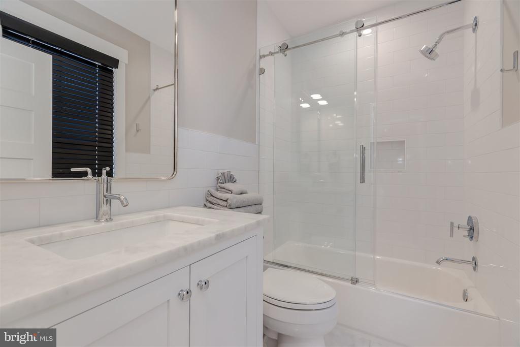 Carriage house ensuite bathroom - 212 A ST NE, WASHINGTON