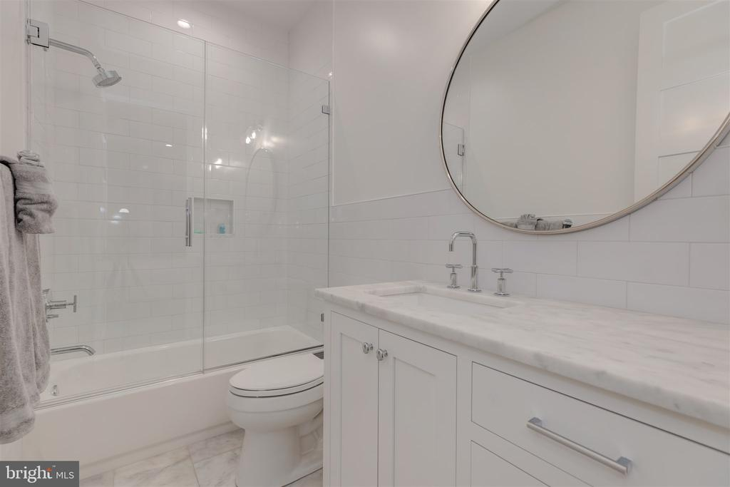 Bedroom #4 ensuite bathroom - 212 A ST NE, WASHINGTON