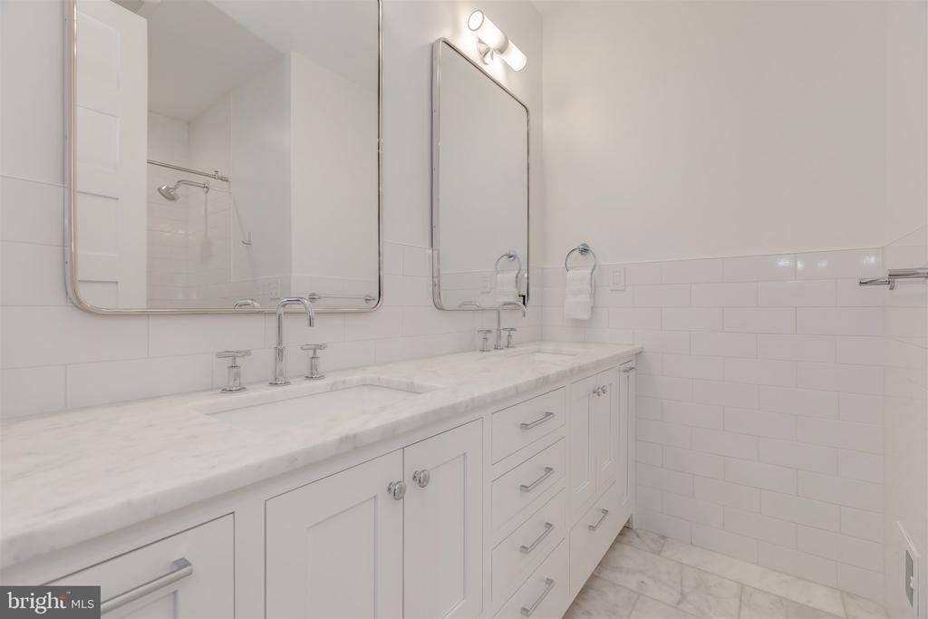 Bedroom #3 ensuite bathroom w/double vanity + tub - 212 A ST NE, WASHINGTON