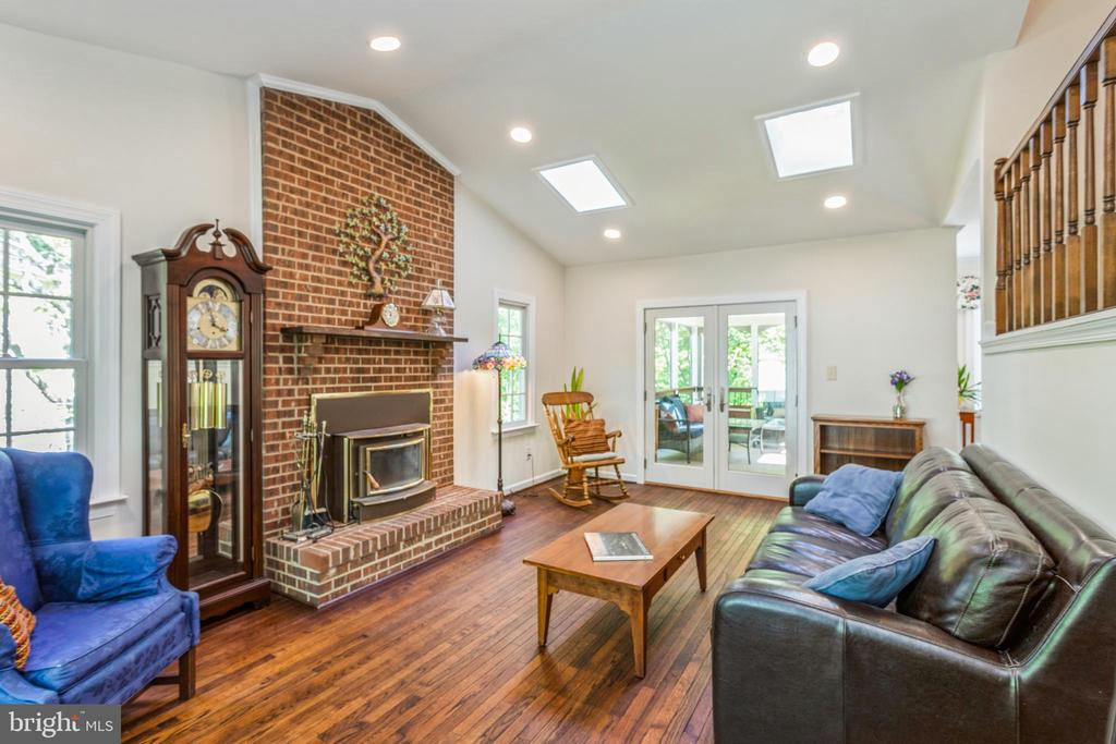Great room with skylights and recessed lighting - 13619 BRIDGELAND LN, CLIFTON