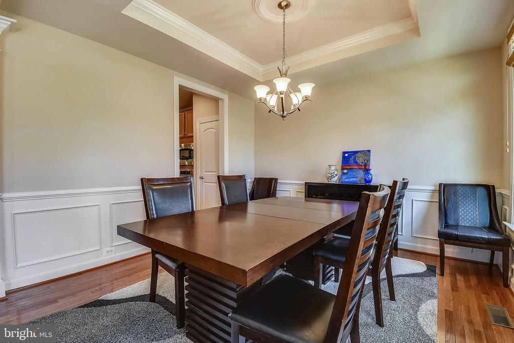 Tray ceiling in the dining room - 24953 EARLSFORD DR, CHANTILLY