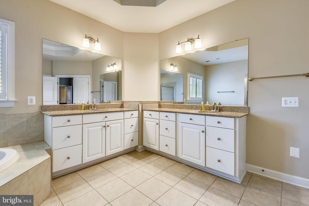 Main bedroom full bath with separate vanities - 24953 EARLSFORD DR, CHANTILLY