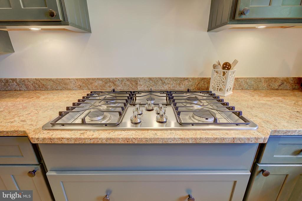 Kitchen - Built-In 5-Burner Gas Cooktop - 2502 CHILDS LN, ALEXANDRIA