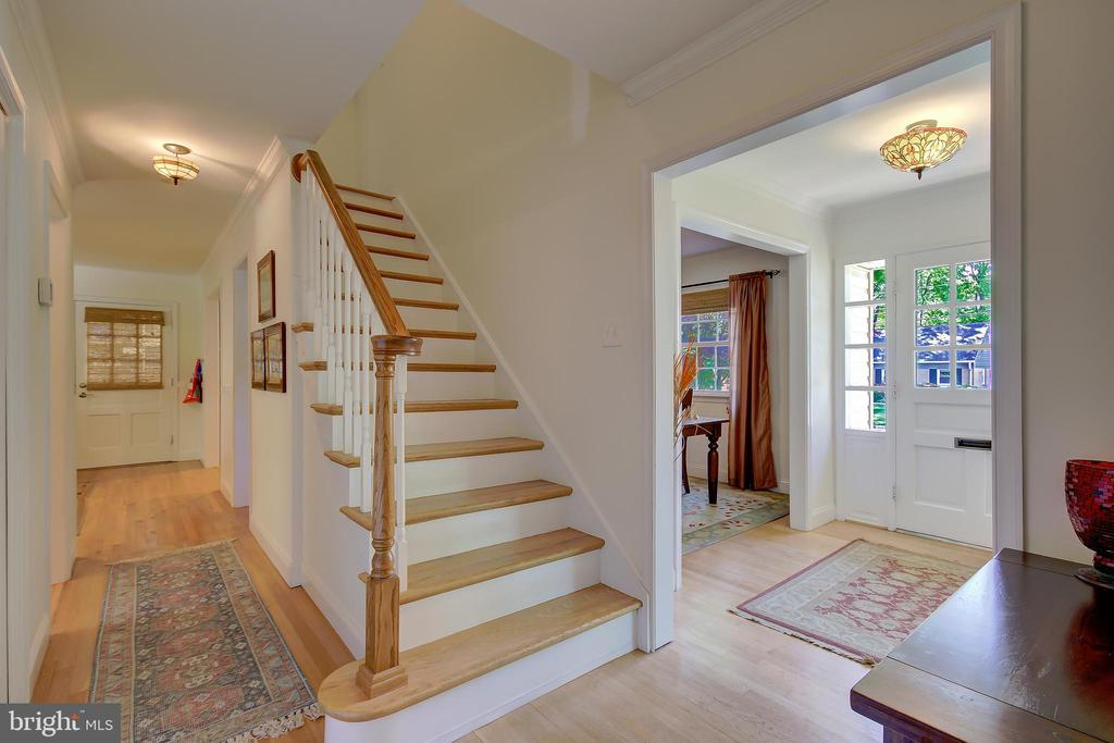 Staircase to Upper Level - Entrance Foyer to Right - 2502 CHILDS LN, ALEXANDRIA
