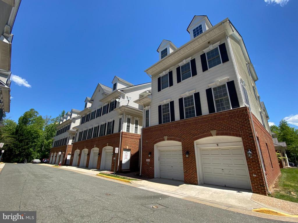 Welcome Home to Lorton Station North - 7750 MILFORD HAVEN DR #50A, LORTON
