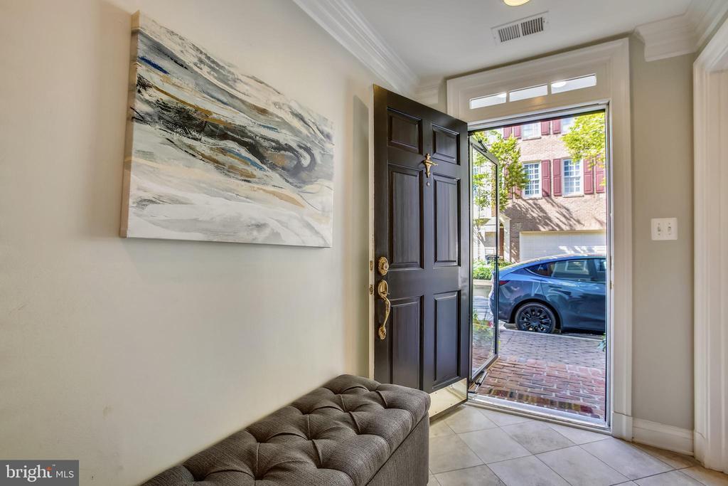 Entry foyer - 8 KEITHS LN, ALEXANDRIA