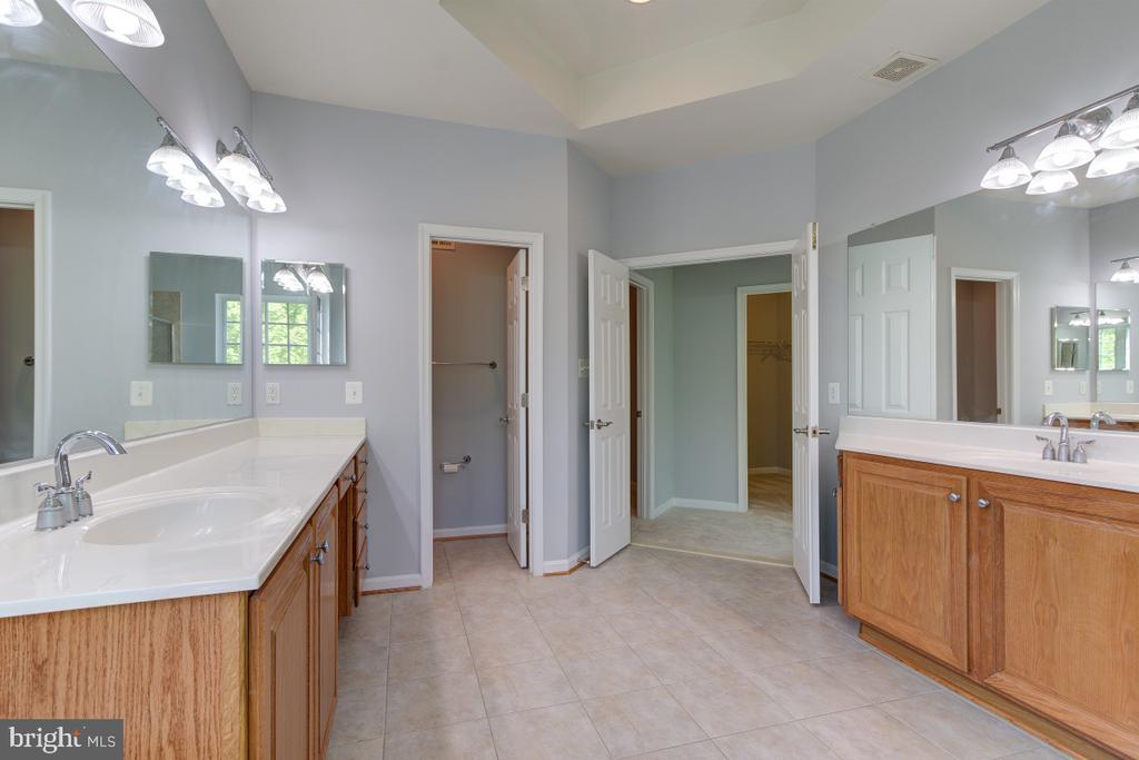 Master Bathroom + Dual Vanity - 23096 RED ADMIRAL PL, BRAMBLETON
