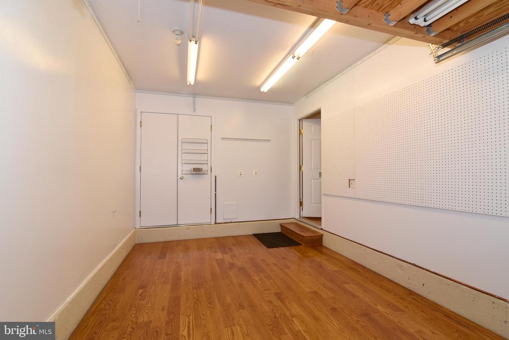 Garage with insulated flooring and garage door - 12143 CHANCERY STATION CIR, RESTON