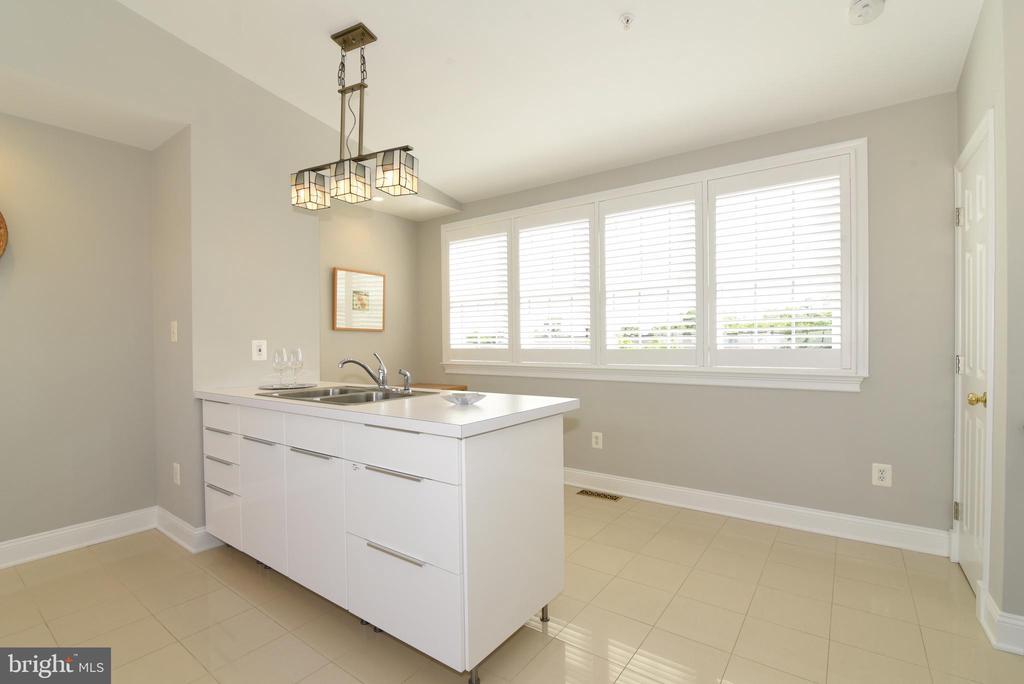 Designer light fixtures and ceramic tile flooring - 12143 CHANCERY STATION CIR, RESTON