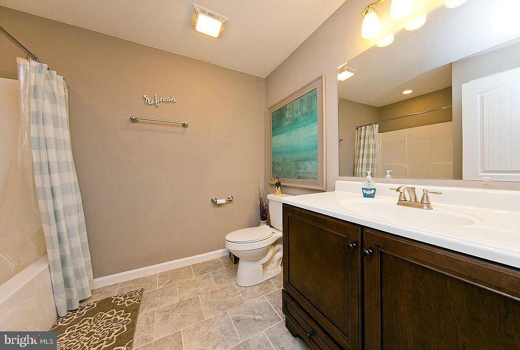 Main full bathroom - 677 NORTHERN SPY DR, LINDEN