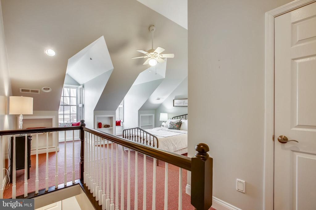 Level four with cathederal ceilings - 8 KEITHS LN, ALEXANDRIA