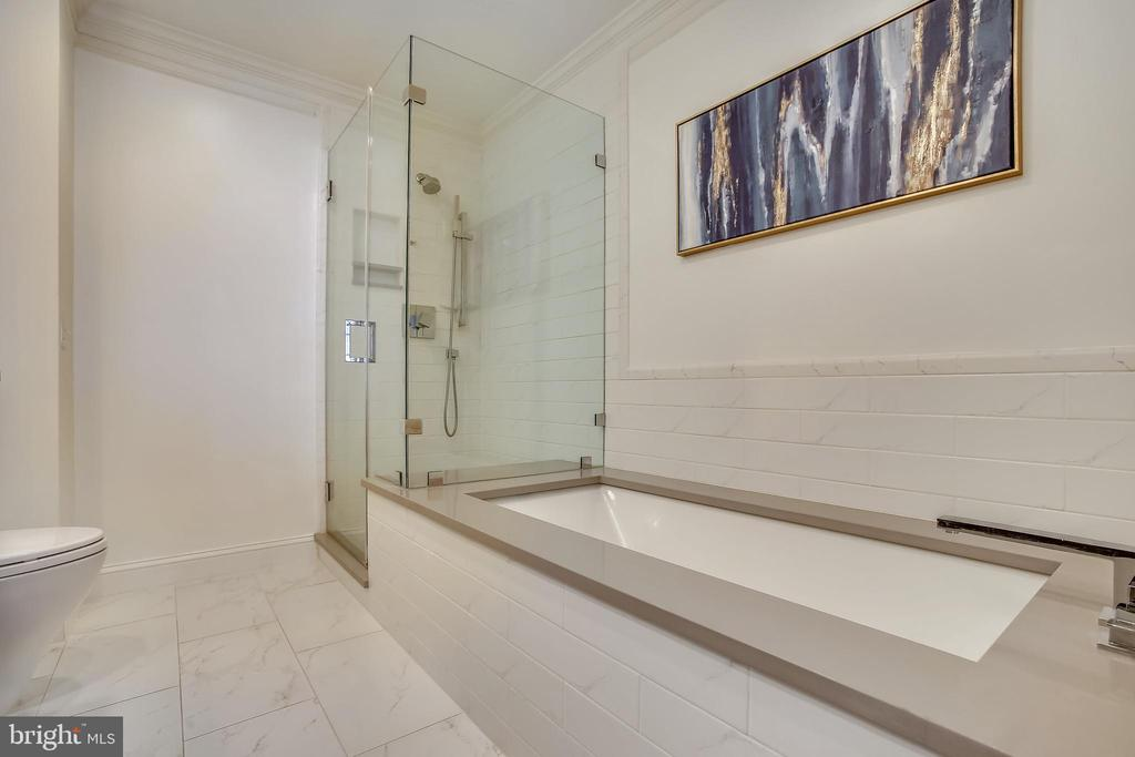 Separate tub and shower - 8 KEITHS LN, ALEXANDRIA