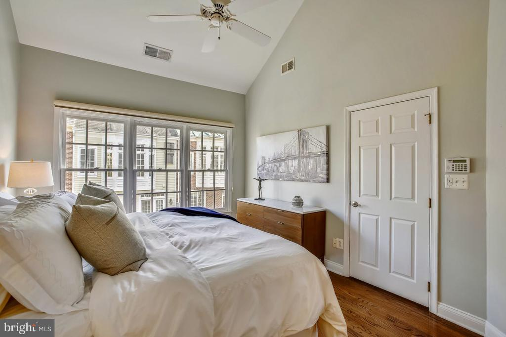 Primary bedroom with plantation shutters - 8 KEITHS LN, ALEXANDRIA