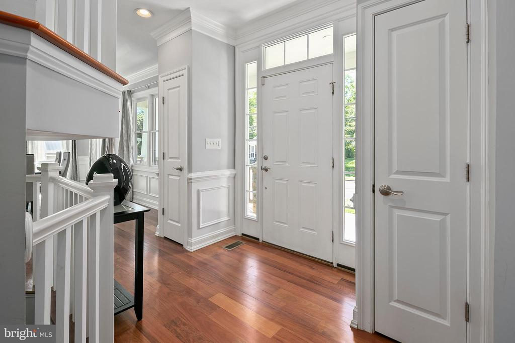 Entry foyer welcomes guests - 2507 11TH ST N, ARLINGTON