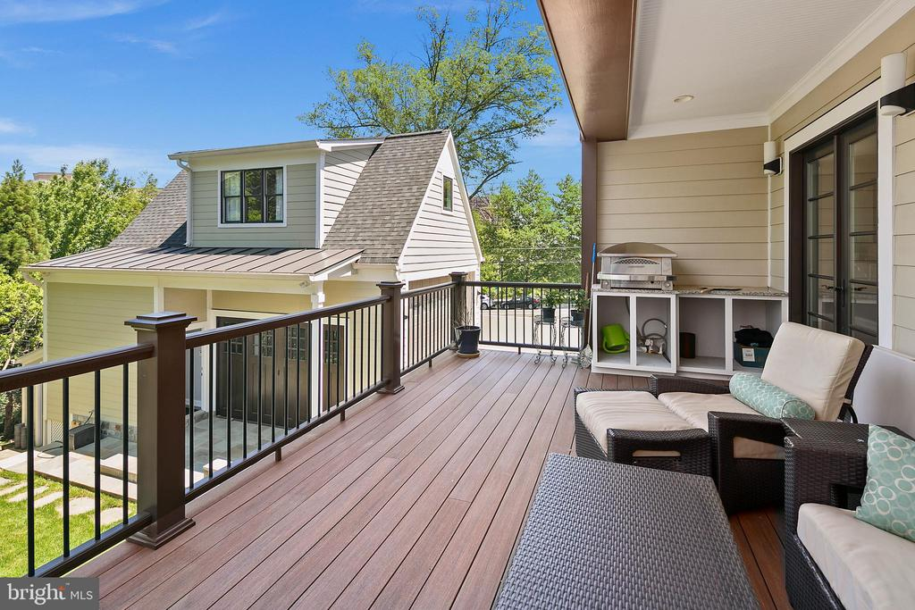 Main level deck: flyers overs and firewworks! - 2507 11TH ST N, ARLINGTON