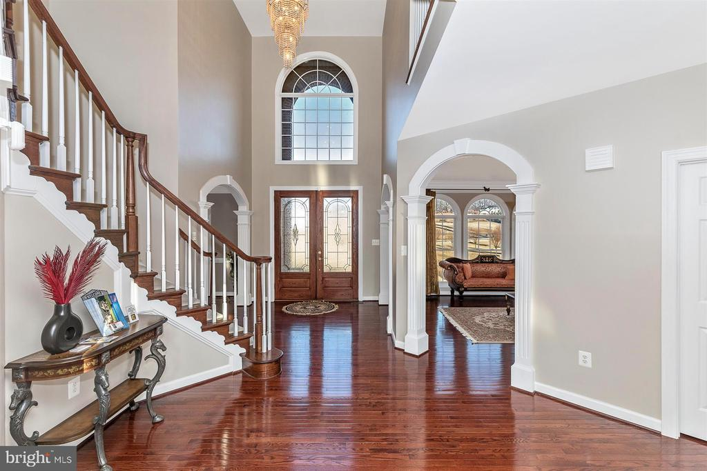 Main foyer area with living room entry at right - 25103 HIGHLAND MANOR CT, GAITHERSBURG
