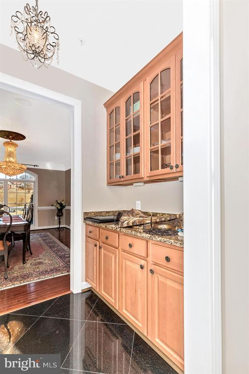 Butler's pantry between kitchen and dining room - 25103 HIGHLAND MANOR CT, GAITHERSBURG