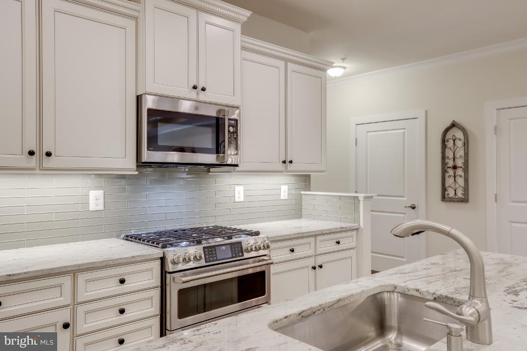 Gleaming granite counters & glass tile backsplash - 9754 KNOWLEDGE DR, LAUREL