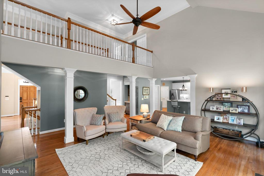 Soaring 2-Story Ceiling in Family Room - 47273 OX BOW CIR, STERLING