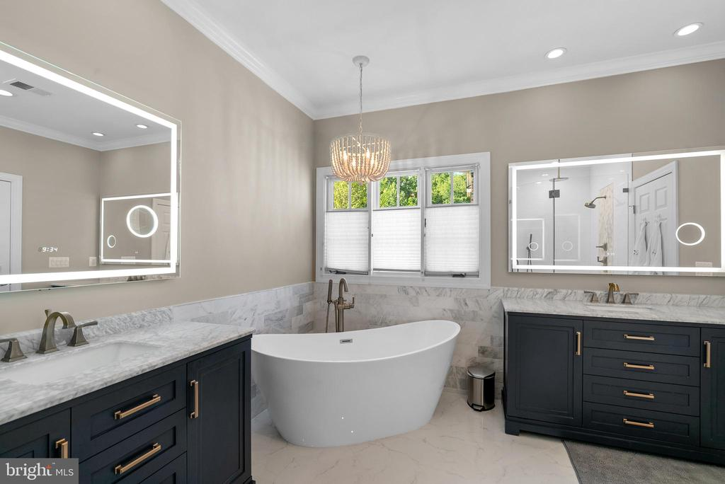 Sumptuous Primary Bath w/ Freestanding Tub - 47273 OX BOW CIR, STERLING
