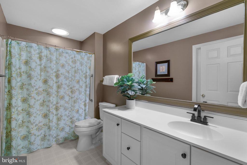 Lower Level Full Bath #5 - 47273 OX BOW CIR, STERLING