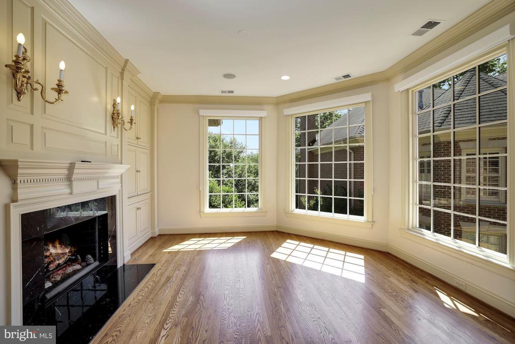 Master Sitting Room w/ Gas Fireplace - 3823 N RANDOLPH CT, ARLINGTON