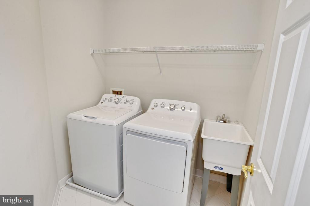 Laundry room with sink - 24905 EARLSFORD DR, CHANTILLY