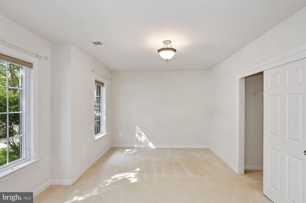 Rare 5th bedroom on entry level - 24905 EARLSFORD DR, CHANTILLY