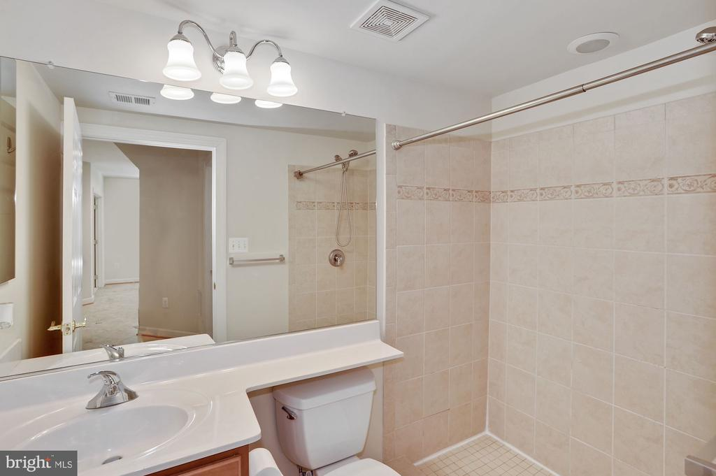Full bath on entry level, great use with bedroom - 24905 EARLSFORD DR, CHANTILLY