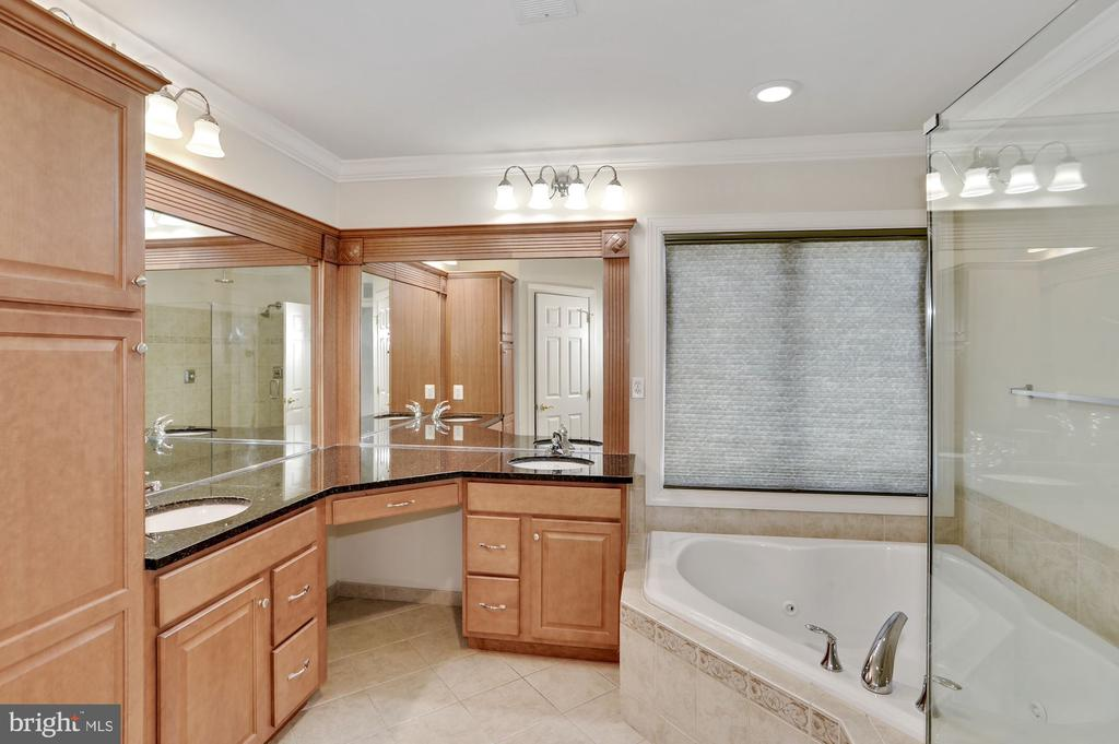 Master bathroom with dual vanities - 24905 EARLSFORD DR, CHANTILLY