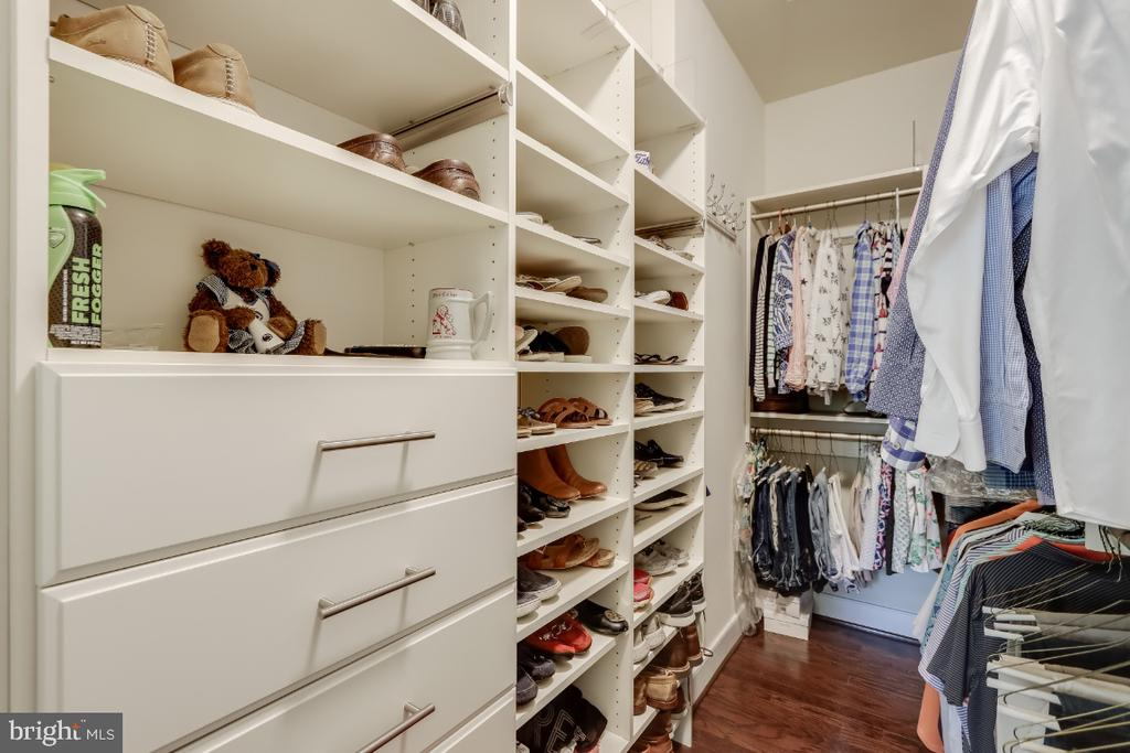 Owners suite walk-in closet improved w/ organizers - 9754 KNOWLEDGE DR, LAUREL