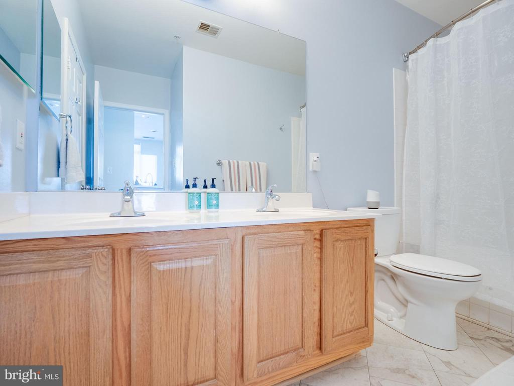Large bathroom with double vanity - 25300 LAKE MIST SQ #205, CHANTILLY