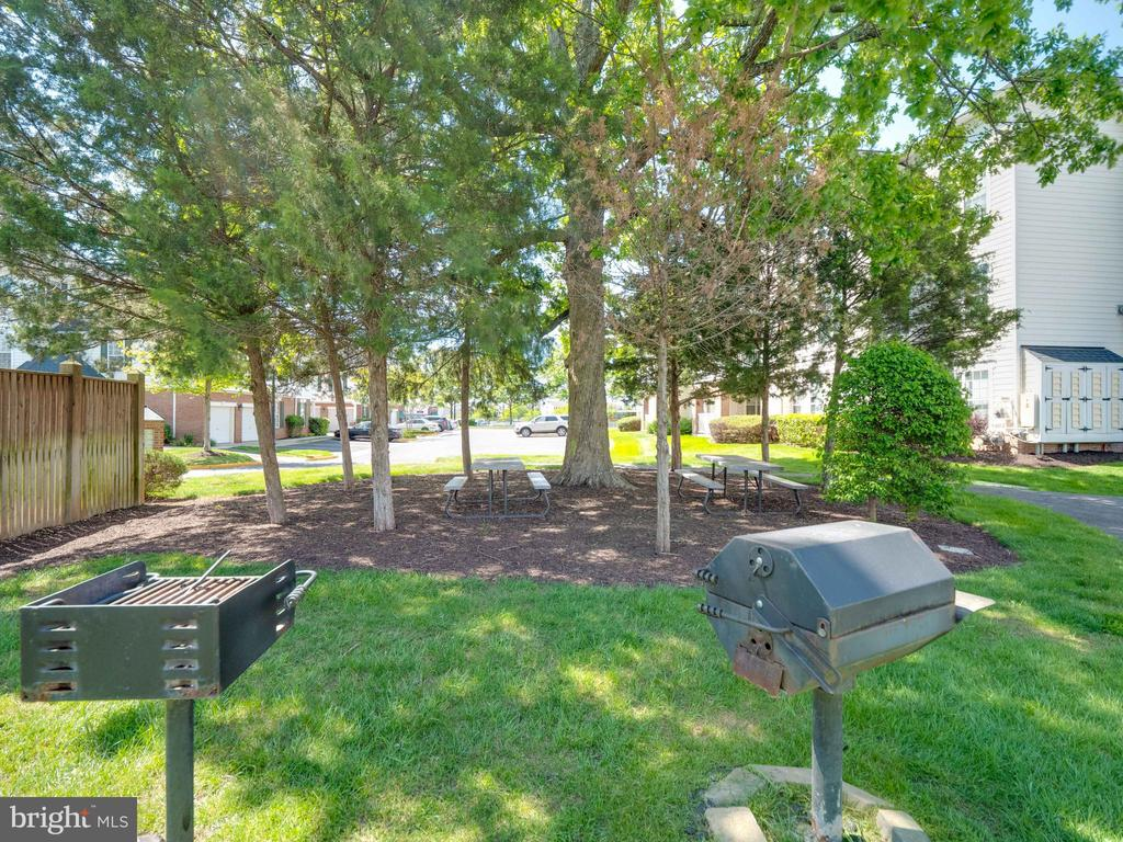 Picnic area with seating across unit - 25300 LAKE MIST SQ #205, CHANTILLY