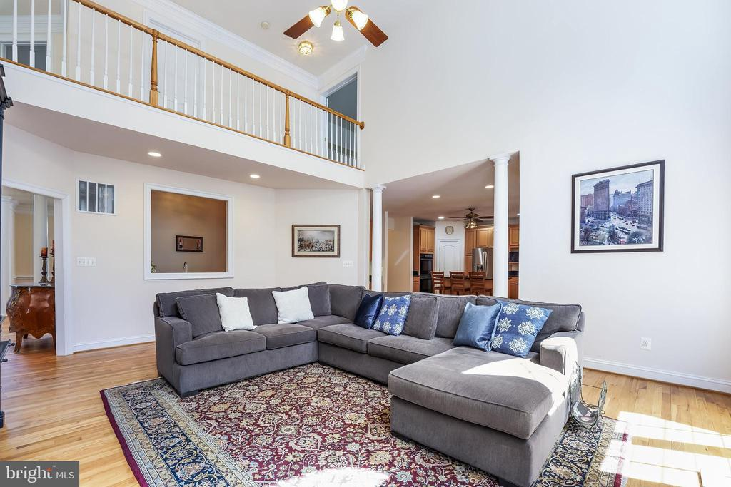 Two-story family room - 3680 WAPLES CREST CT, OAKTON