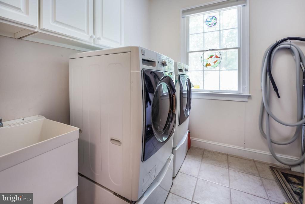Main- level laundry, central vacuum - 3680 WAPLES CREST CT, OAKTON
