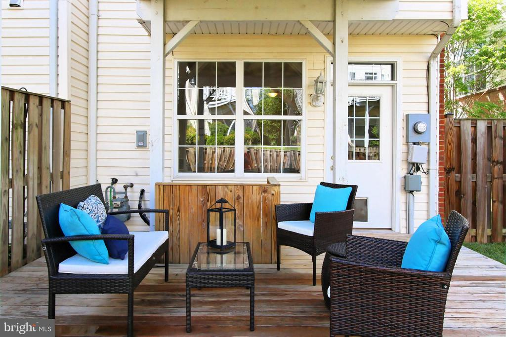 PERFECT SIZE DECK FOR RELAXING OR ENTERTAINING - 20428 HOMELAND TER, ASHBURN