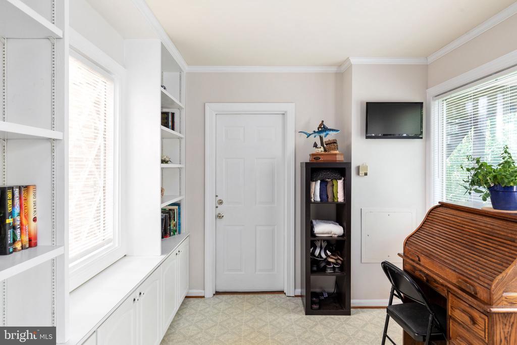 Mud Room - 8121 RONDELAY LN, FAIRFAX STATION
