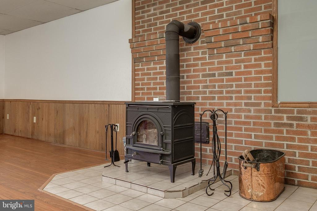 Wood stove Pic 1 - 7517 PICNIC WOODS RD, MIDDLETOWN