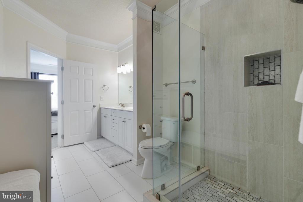 New Tile & Frameless Shower - 505 SUNSET VIEW TER SE #308, LEESBURG