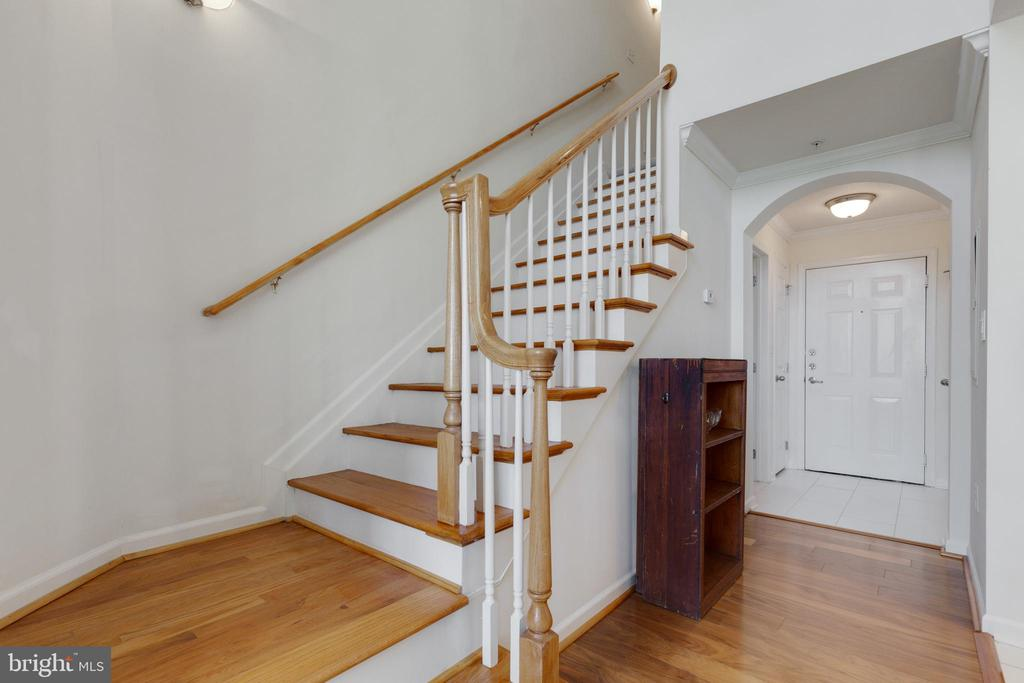 Stairs Lead to Loft - 505 SUNSET VIEW TER SE #308, LEESBURG
