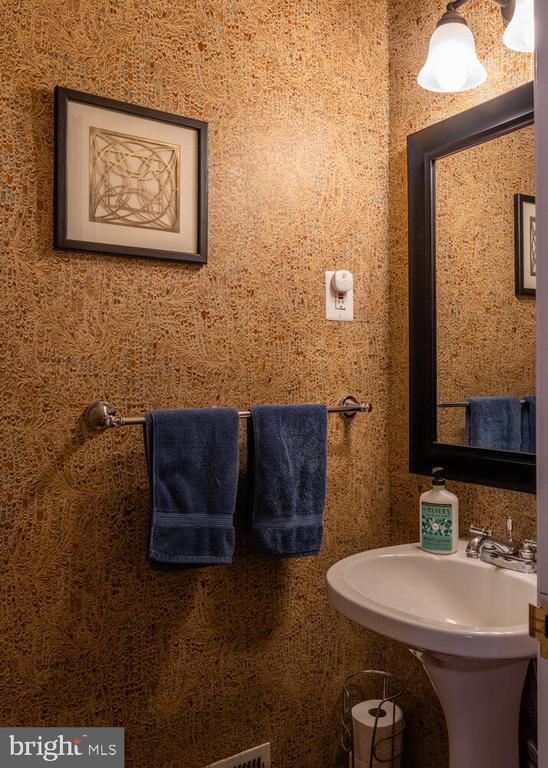 Unit A Half Bath - 1007 QUEEN ST, ALEXANDRIA