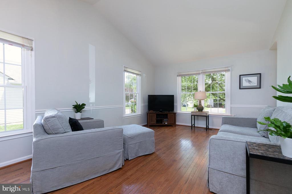 Pic 3- Living Room - 5 BARNSWALLOW CT, STERLING