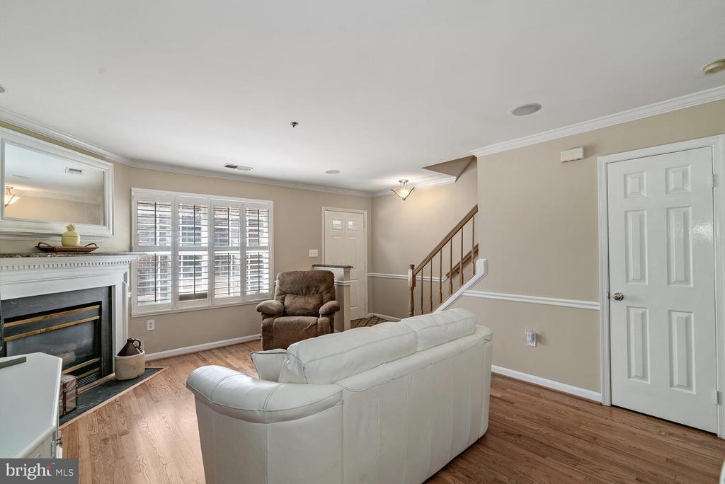 Light filled main level w/ fireplace - 3054 S GLEBE RD, ARLINGTON